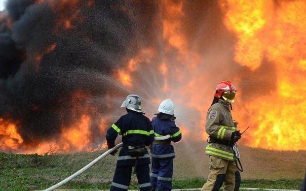 Легендарный харьковский вуз охватило пламя: фото