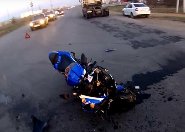 разбитый мотоцикл, скриншот из видео