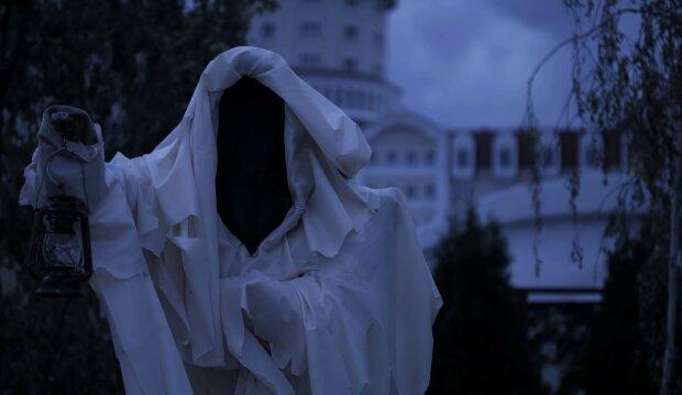 Загадковий силует розгулює коридорами лікарні: привида вдалося упіймати на камеру