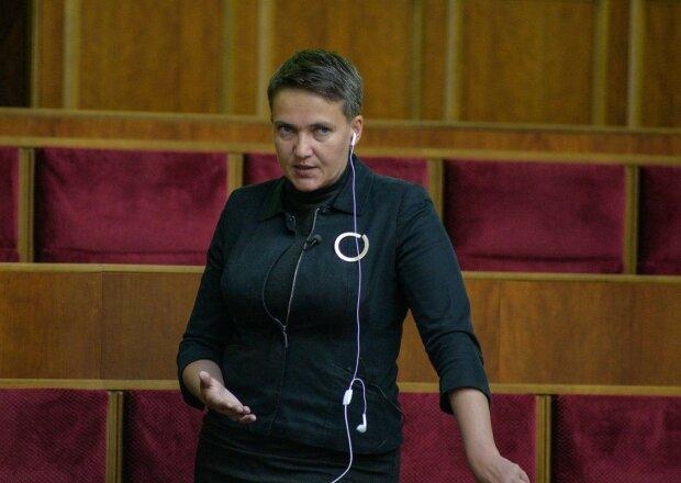 Одіозна Надія Савченко зайшла в бурхливий океан у сукні, відео з краю світу