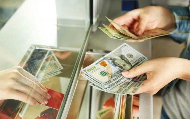 Курс валют на 24 августа: доллар доведет украинцев до истерики