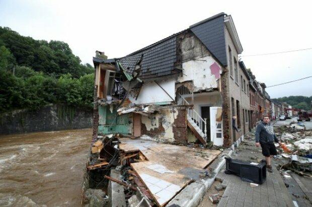От непогоды дом обвалился во время интервью мэра: сначала вымыло мебель, потом упала стена