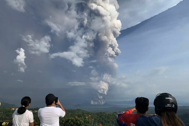 Прокидається вулкан Таал, фото: Bloomberg