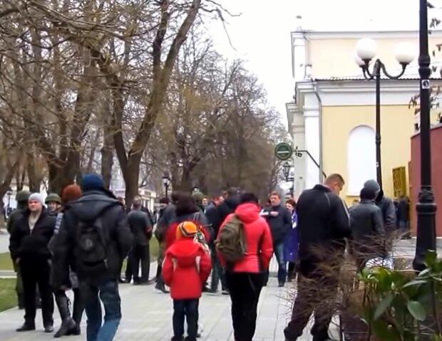 """Коронавирус свалил? В Киеве бездомный напугал горожан, """"вакцина вытекает"""""""