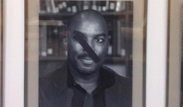 В Гарвардском университете поиздевались над портретами темнокожих преподавателей