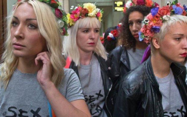 Femen зустріли депутатів пікантним шоу