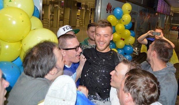 Шампанське, квіти, серпантин: як збірну України зустріли у Борисполі (фото)