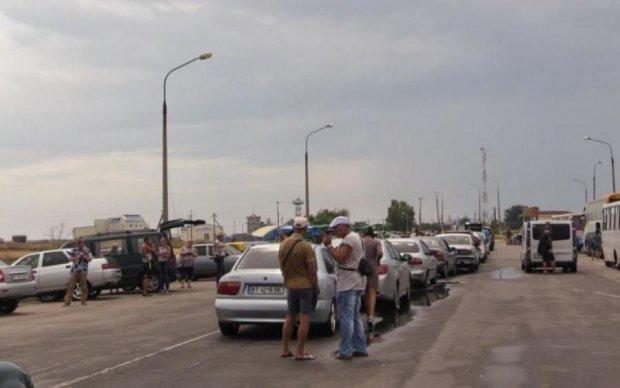 Блокада изнутри: оккупанты часами маринуют людей в очереди на въезд в Крым