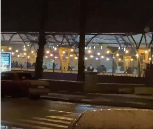 """У Хмельницькому поліція закрила популярну ковзанку, розлючені містяни махають ковзанами: """"Буковелю можна, а нам - ні?"""""""