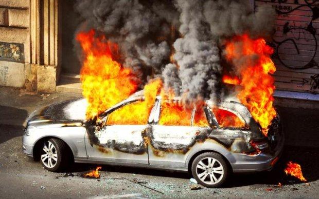 Будьте обережні! Столичне шосе у вогні через зіткнення двох автівок