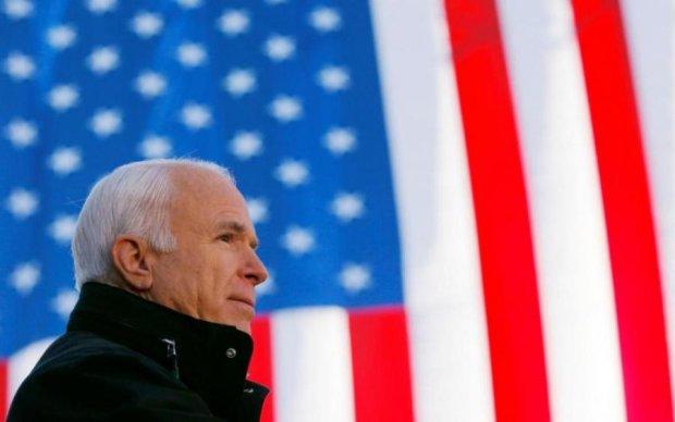Море слез и цветов: украинцы почтили память Маккейна