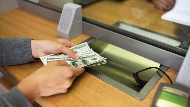 Курс долара на 28 серпня добряче потріпає нерви українцям