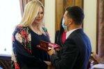 Ірина Білик отримує нагороду з рук Зеленського, фото з соцмереж