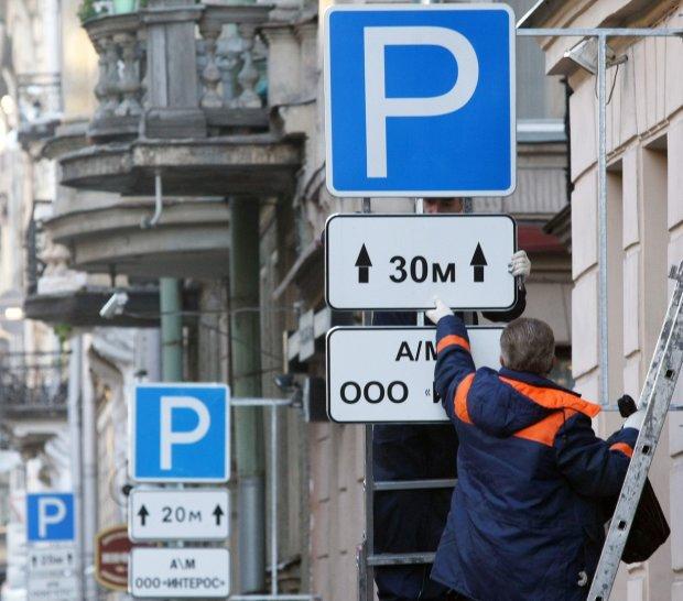 В Киеве массово сносят дорожные знаки: в чем причина