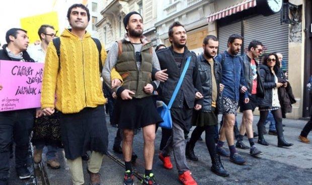 Турецькі чоловіки надягли міні-спідниці на знак протесту