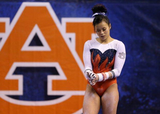 Гимнастка сломала обе ноги во время трюка: от видео может стать больно