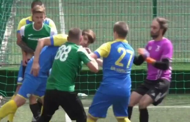 В Харькове футболисты устроили мордобой на поле, фанаты заценили