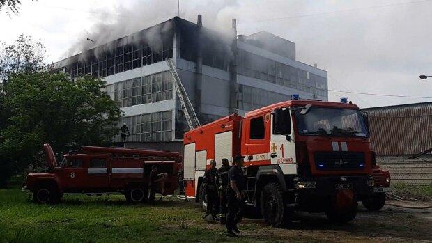 В Запорожье пламя уничтожило известную фабрику обуви, - столб едкого дыма и ущерб на миллионы