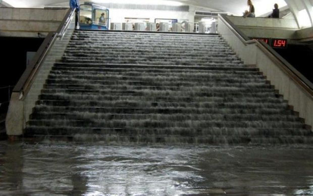 """Фільм """"Метро"""" став реальністю: у Києві злива затопила підземку"""