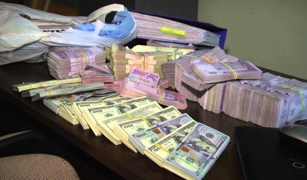 Чиновникам вигідні високі податки, аби обслуговувати конвертцентри