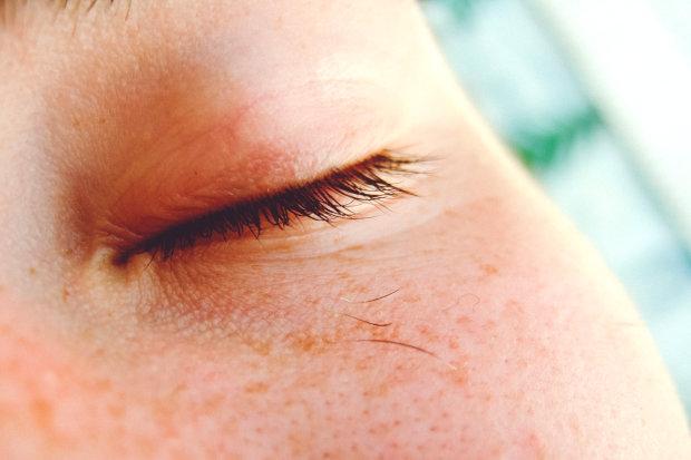 Почему глаз дергается: топ-9 причин
