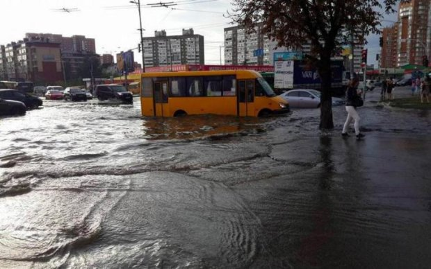 Чудесно плыли автобусом: появилось видео маршрутки-амфибии в Киеве