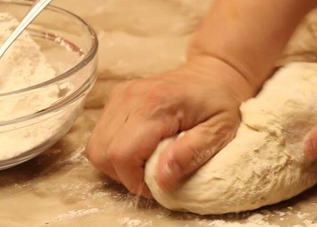 Хлеб на сковородке, кадр из видео