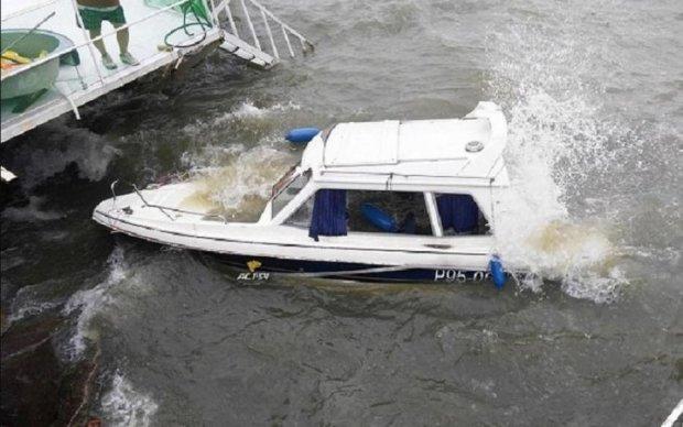 Неконтрольований човен налетів на пірс: є жертви
