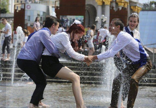 Как киевские школьники отмечают Последний звонок: куча алкоголя, опасные развлечения и любовь у всех на виду