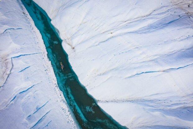 Переплюнул Грету Тунберг: 50-летний мужчина проплыл ледяной тоннель Антарктиды ради спасения планеты
