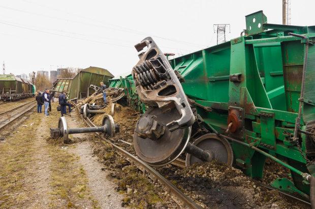 Вирвані колеса, зламані рейки: семеро вагонів розтрощило у Києві, старезні потяги не витримують