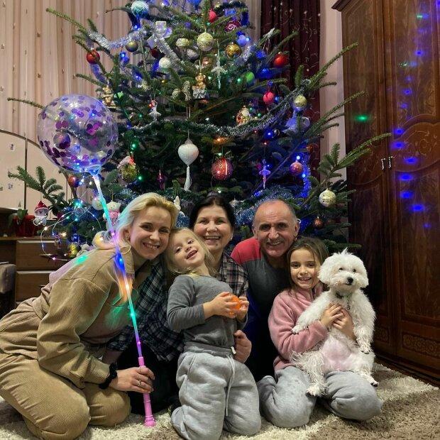 """Черновчанка Лилия Ребрик обняла родителей под елкой, так похожи: """"Папина доця"""""""