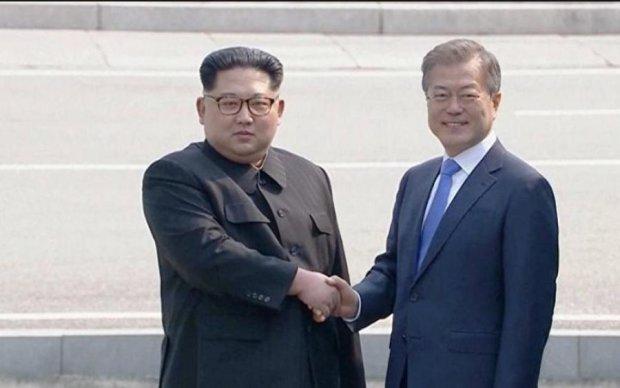 Трамп робить неможливе: соцмережі відреагували на теплу зустріч корейських лідерів