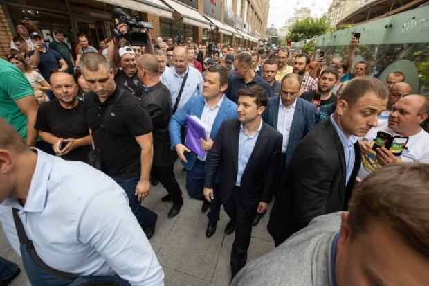 В Днепре Зеленского окружила многотысячная толпа: просьбы, аплодисменты и селфи с молодежью, - что обещает слуга народа