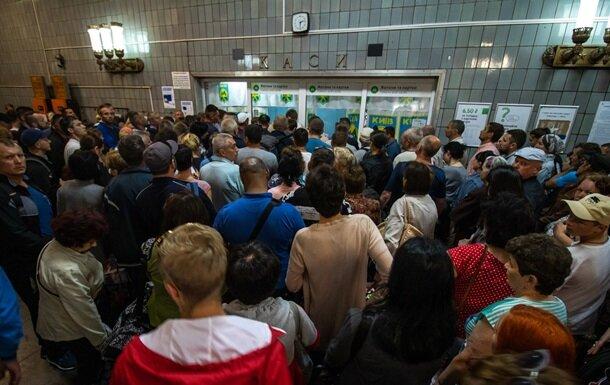 Киевское метро снова вернется к жетонам: что произошло с карточками