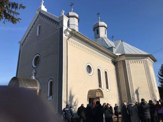 Заблокували і залили смолою: на Вінниччині віряни зчепилися в запеклій сутичці