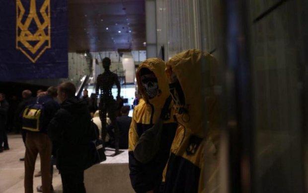 Націоналісти захопили майно Януковича