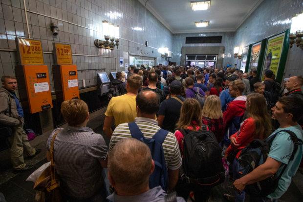 Киевское метро отказалось от жетонов: вход в подземку - только по карточкам, список станций