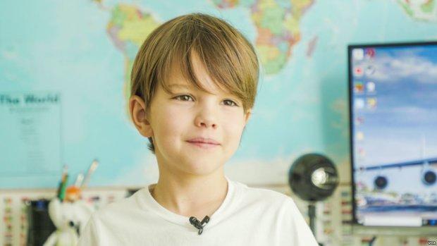 """Український школяр, який захистив честь """"Мрії"""", отримав подарунок із рук капітана: зворушливі кадри"""