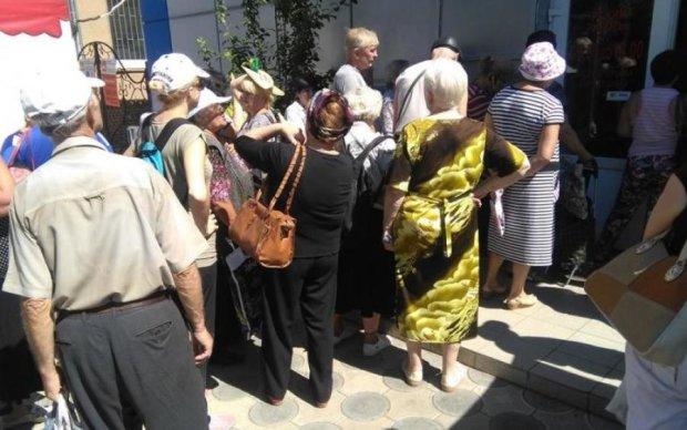 """Битва при банкоматі: як пенсіонери з """"ЛНР"""" за грошима мчали"""