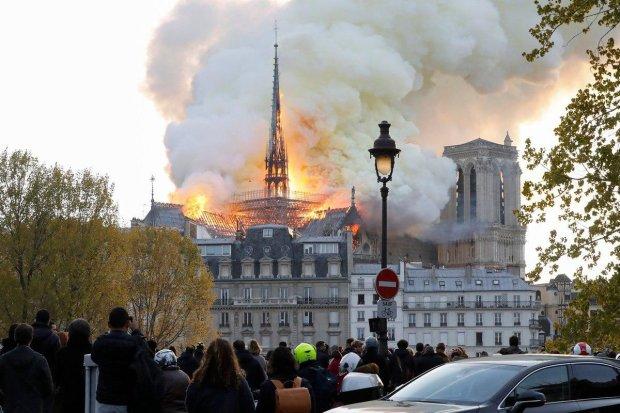 Горит Собор Парижской Богоматери: языки пламени завалили легендарный шпиль