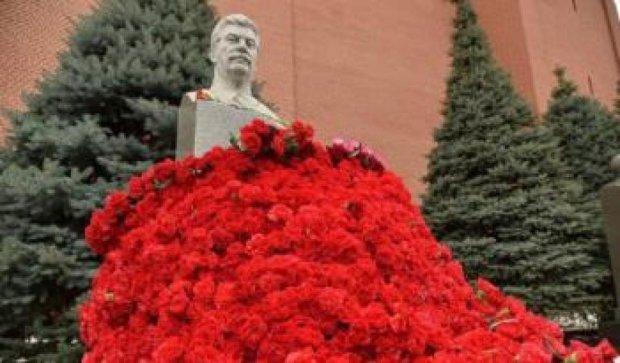 На смерть тирана: как москвичи бюст Сталина в цветах утопили