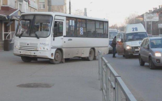 """""""Все включено"""" по-киевски: маршрутчик клеился к девушке и избил пассажира битой"""