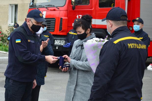 Женщину наградили за спасение детей, фото km.dsns.gov.ua