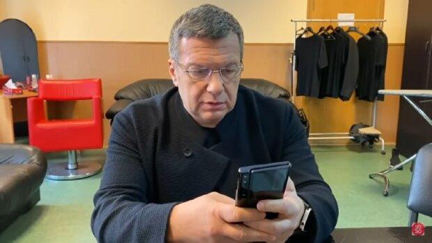 Соловьев подался в техноблогеры и снял обзор на раскладной смартфон Huawei Mate X