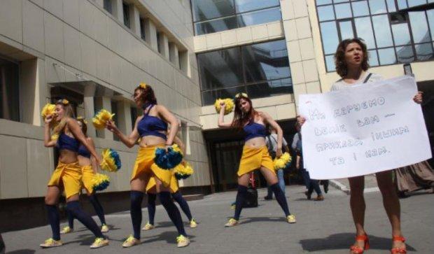 Активістки провели незвичну акцію під стінами Фіскальної служби