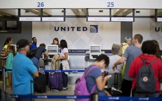 Избиение пассажира: United Airlines подняли на смех в соцсетях