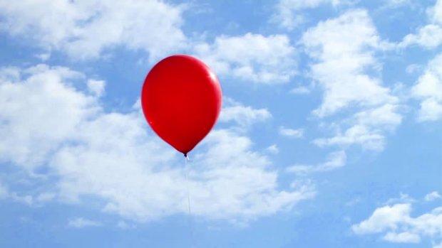 Невидимка проник в торговый центр и прихватил с собой  красный шарик: камера видеонаблюдения засняла призрачного шутника
