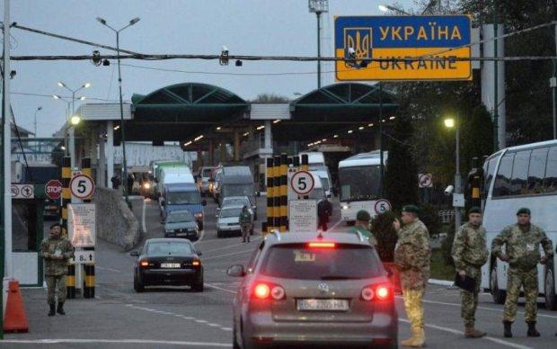 Вооруженные контрабандисты атаковали украинского пограничника