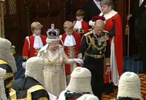 Елизавета II и принц Филипп, скриншот с видео